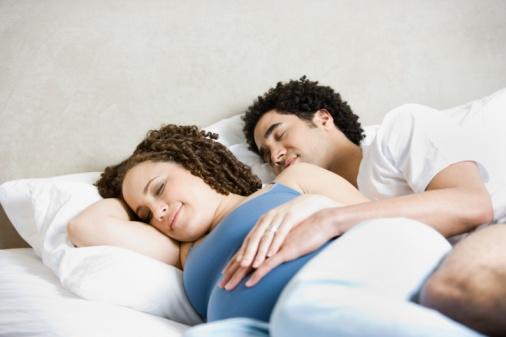 """夫妻""""最般配""""的4种睡姿"""