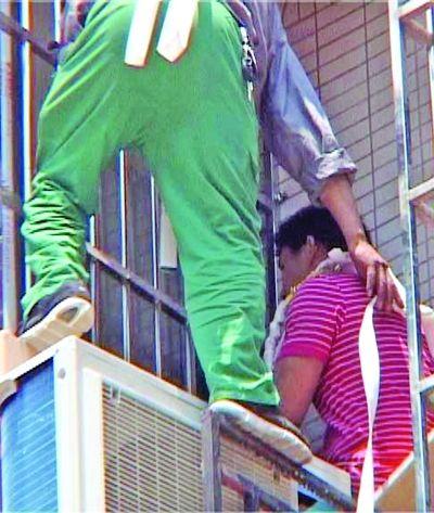 安装空调触电险坠楼 工人被困四楼消防急救