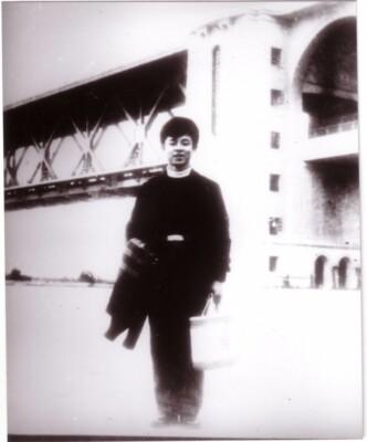 1958年11月,雷锋途经武汉在武汉长江大桥下留影