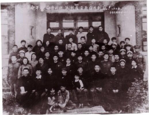 1958年10月,中共望城县委、县政府机关欢送县委书记张兴玉调岳阳地委工作时的合影,前排左二为雷锋。