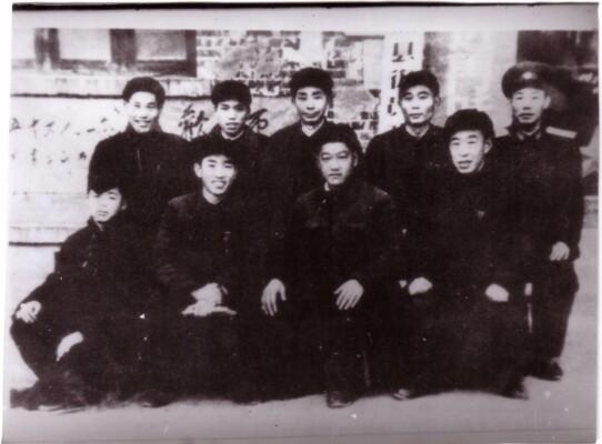 1958年2月,望城县治沩工地领导同志合影,前排左一为雷锋。