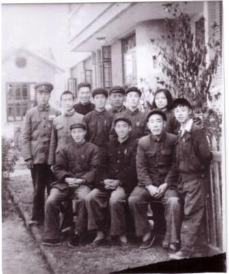 1956年10月,中共望城县委机关部分同志合影,前排右一为雷锋。