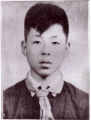 1954年,雷锋加入中国少年先锋队时留影