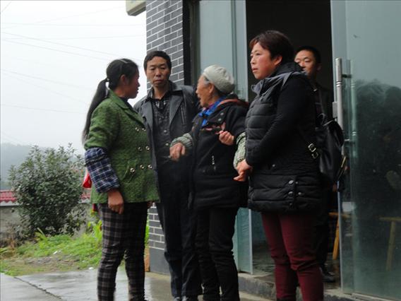 贵州凤冈县进化镇:一位八十高龄的老人不敢回家