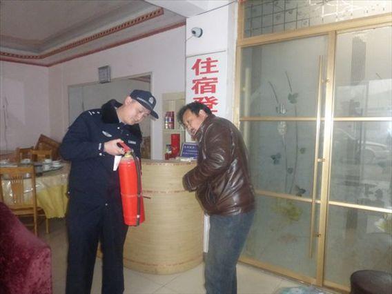 山东济阳县新市派出对辖区旅馆进行安全检查