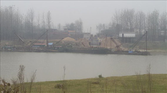 淮河河南淮滨县谷堆乡段非法采沙致使河床破环严重