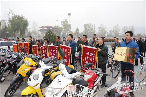 霍州警方破获系列摩托车盗窃案 18名失主携锦旗道谢