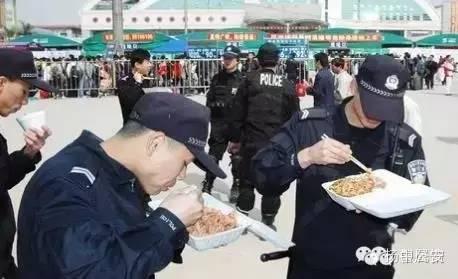 今晚我请你来公安局吃饭,约么?