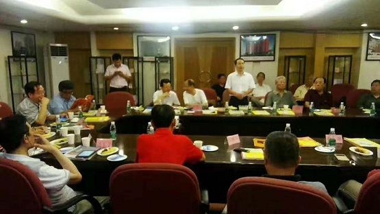 东方毅集团总代表李明在两弹一星研讨会上汇报工作