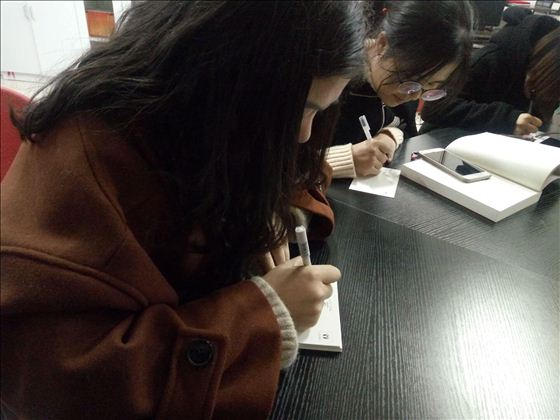 湖州师范学院求真学院经管系:卡片递情思 寄语暖寒冬