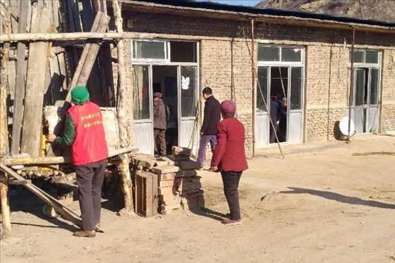 陕西神木店塔镇梁家塔村组织志愿者为农户打扫家庭卫生
