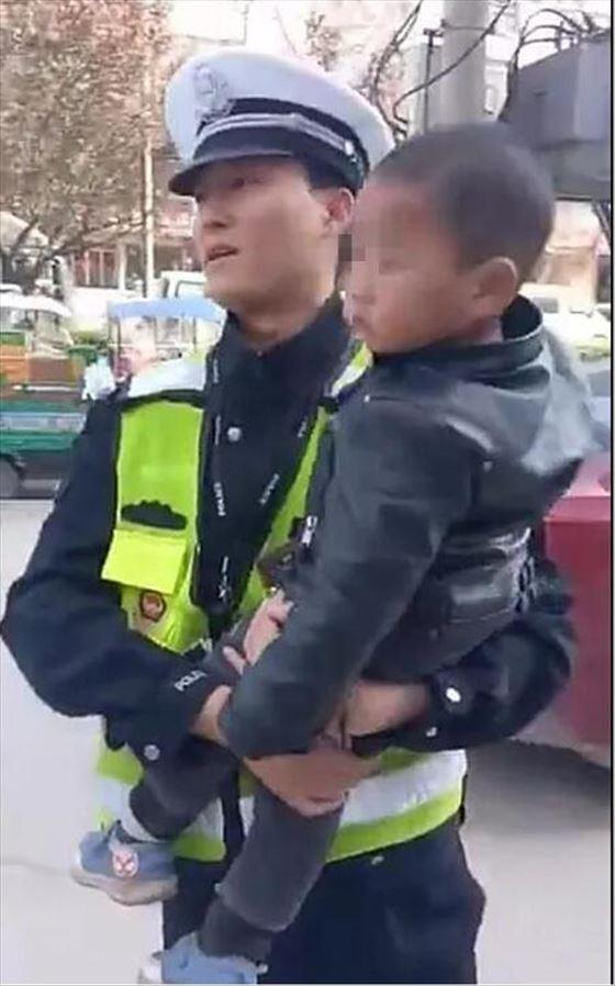 """商丘一""""熊孩子""""贪玩走失,幸亏警民帮助找到家人"""