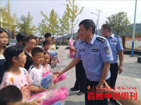 陕西省西乡县公安局交警大队购买书包帮扶贫困学生
