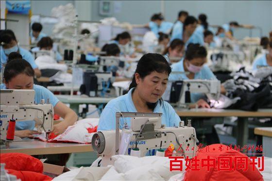陕西扶风县:村镇工厂里笑声朗