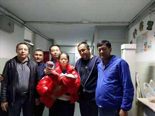 新疆伊宁:雷锋车队持续行走在扶贫帮困的路上