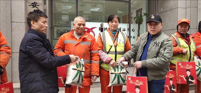 2020年元旦新时代全媒体中心携四川绵州燕姐给西安环卫工人送温暖