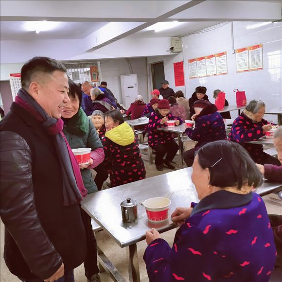 热闹包饺子 快乐迎新年:浙江省义乌市何斯路村已经举办了12年