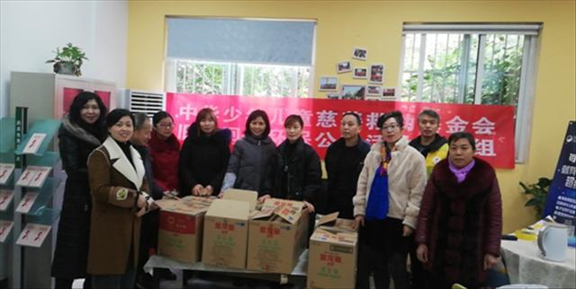 中华少年儿童慈善救助基金会旧衣回收公益活动走进成都育苗路社区