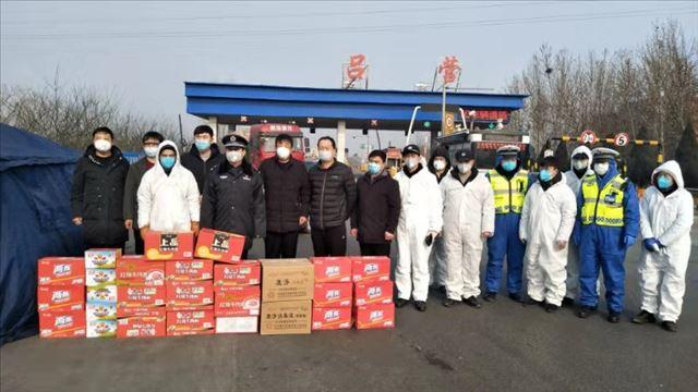 河北邯郸肥乡爱心志愿者团队慰问疫情防控检查站执勤民警等