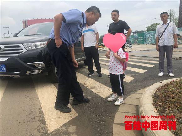 陕西汉中交警二大队:执勤交警驾警车爱心护送4岁娃回家