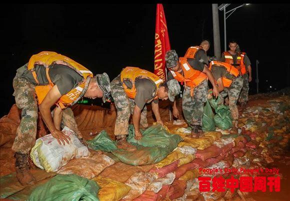 冲锋!东部战区陆军两万余名官兵奋战抗洪一线