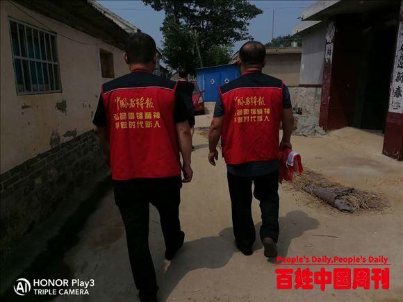 山东招远:中国雷锋报招远雷锋工作站关爱脑瘫女孩