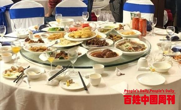 北京一婚宴浪费仍触目惊心:十桌剩饭菜倒满一大桶