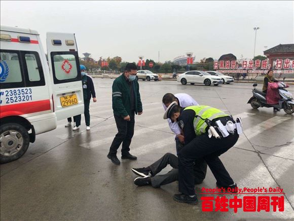 陕西省汉中市交警一大队警医合作迅速救助事故伤员