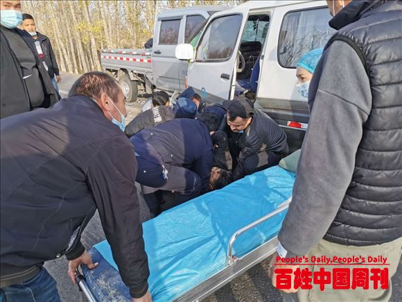 新疆伊宁:伤员被困车内警、消、医三部门紧急施救保群众生命安全