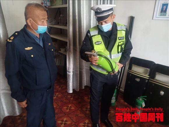 新疆伊宁:杏乡好交警艾力买江在执勤一线书写无悔人生