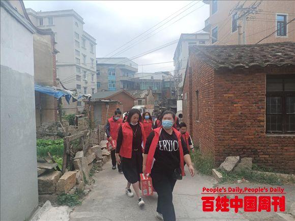 福建:海口镇洋坂村敬老爱老公益服务队开展帮扶困难群众活动