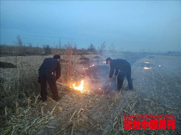 新疆伊宁:民警及时救火 得群众称赞