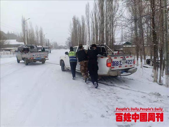 新疆伊宁:车辆滑下路基 民警及时援助
