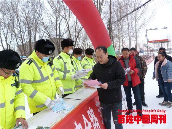 黑龙江宝清县公安局交警大队到夹信子镇开展交通安全知识宣传活动